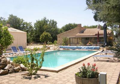 Aix en provence ligt in bouches du rhone, 30 minuten rijden naar marseille. de villa staat op het platteland, ...